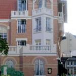 Le trompe-l'oeil architectural, fausse façade peinte a remplacé le mur gris de départ.