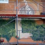 Échafaudage, trappes et échelles pour peindre avec soin toute cette surface, briques, fenêtres, voilages, feuillages.