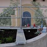 La fontaine entourée de végétaux.