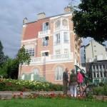 Trompe-l'oeil architectural à Enghien-les-Bains. Fausse façade peinte sur un mur plan. Place Mistinguett (car elle y est née) à Enghien-les-Bains.