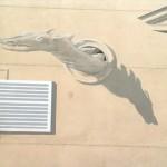 """Détail de l'anamorphose du Théâtre Saint Georges. Vu de face, tel qu'il est peint, le dragon est déformé de façon calculée comme tout le relief de la façade"""""""