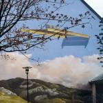...un étrange objet flottant dans le ciel, c'est l'anamorphose telle qu'elle est peinte sur le mur.