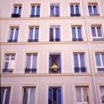 Rue Lepeu à Paris. Trompe-l'oeil de fausses fenêtres.