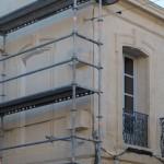 La fenêtre se compose dans la perspective choisie de l'avenue
