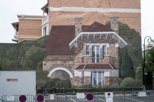 Adossée au mur de brique, une nouvelle construction (entièrement due au pictural) a trouvé sa place Villa de la Croix Blanche.